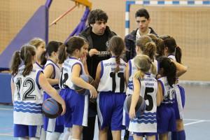 Las chicas benjamines atendiendo a sus entrenadores durante un tiempo muerto | Foto: Pablo Lanza